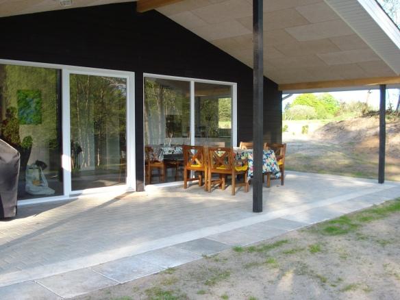 Hytte og terrasse